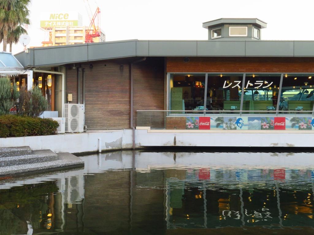併設のレストラン☆クジラの尾が目印です☆