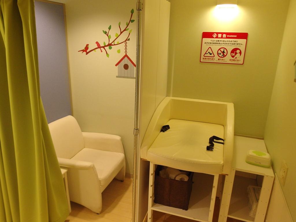授乳室内ではオムツ交換台も完備しています
