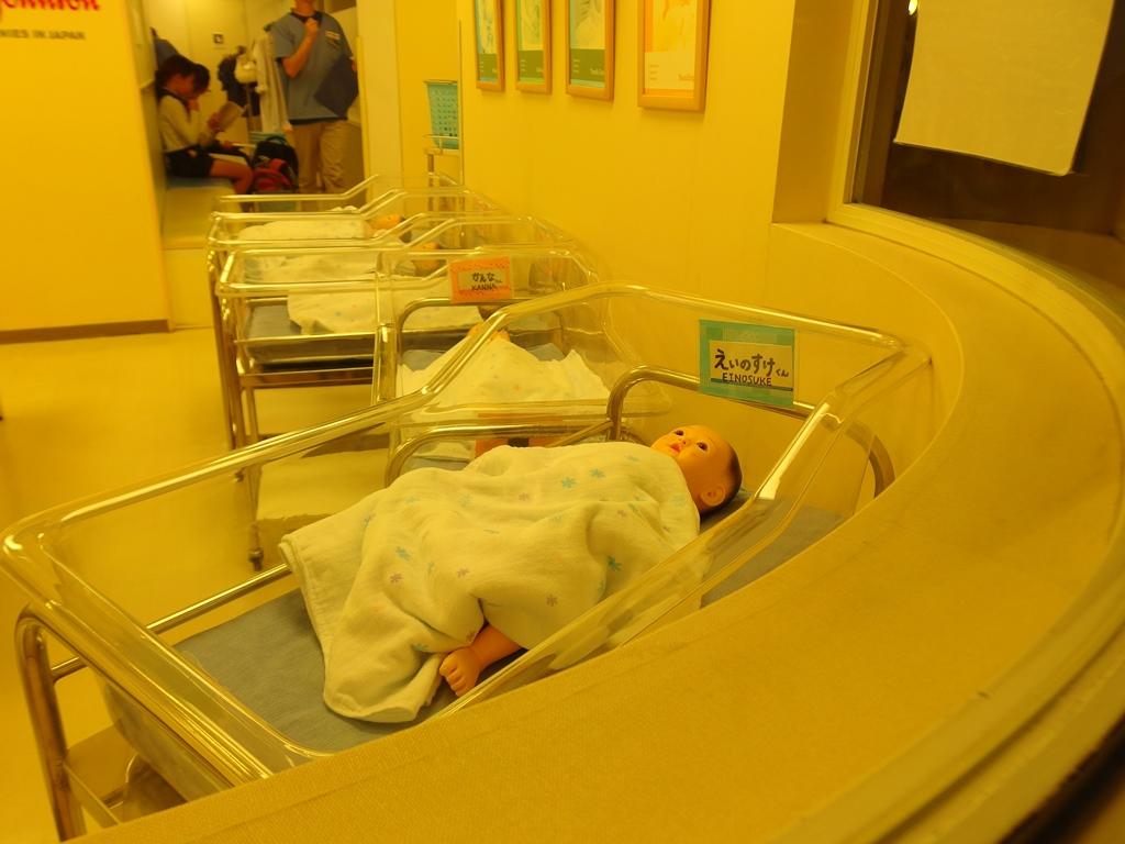医療(産婦人科)の職業体験。赤ちゃんのお世話をします。