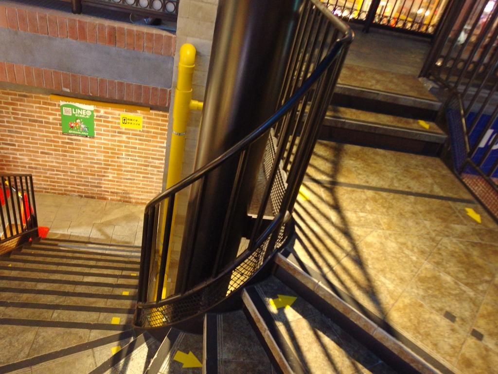 2階への行き来は階段とエレベーターにて