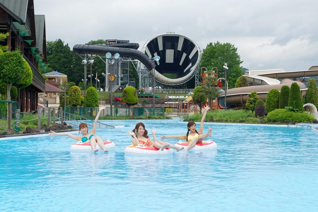 夏限定の最強プールアトラクションで興奮は最高潮!