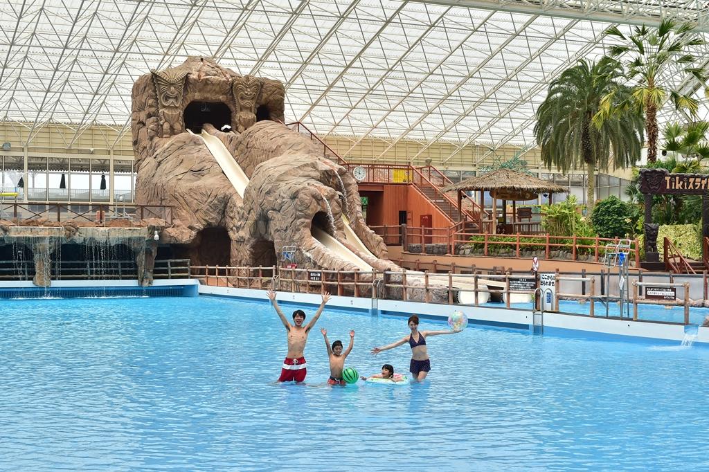 全天候型の屋内プールで年中常夏気分♪