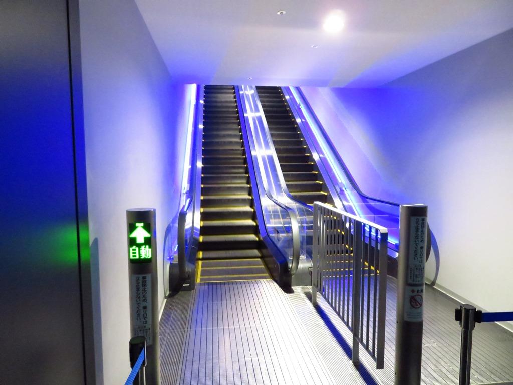 2階へはエスカレーターで☆ベビーカーはコーラルカフェ前にあるエレベーターをご利用ください☆