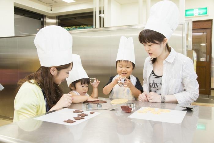 「お菓子作り体験工房」では、エプロン・帽子など用意しておりますので気軽にお菓子作りが体験できます。体験コースは子どもから大人まで楽しめる充実のラインナップ。 ※リニューアル工事のため、2018年11月1日~2019年7月11日の期間は休止しております。