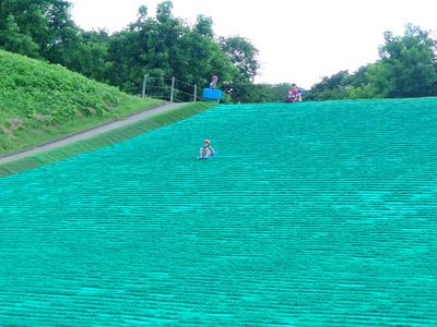ビッグサイズの芝そりゲレンデ