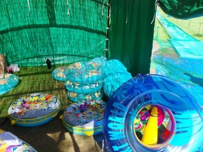 ウォータースライダーは浮き輪を使用。水に濡れないタイプのもあります!
