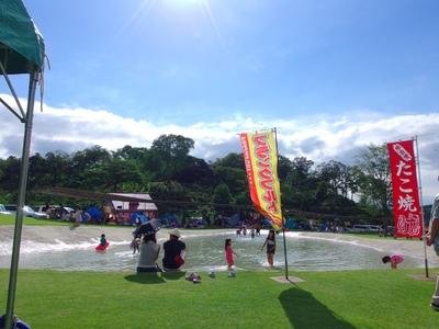 芝生広場すぐ隣のせせらぎ。思いっきり水遊びを楽しんでください!