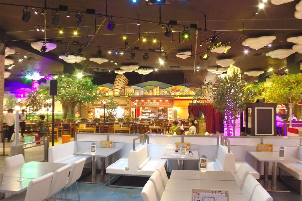 レストランには家族の専用席があり、中央には2歳以下の子専用エリアまで!