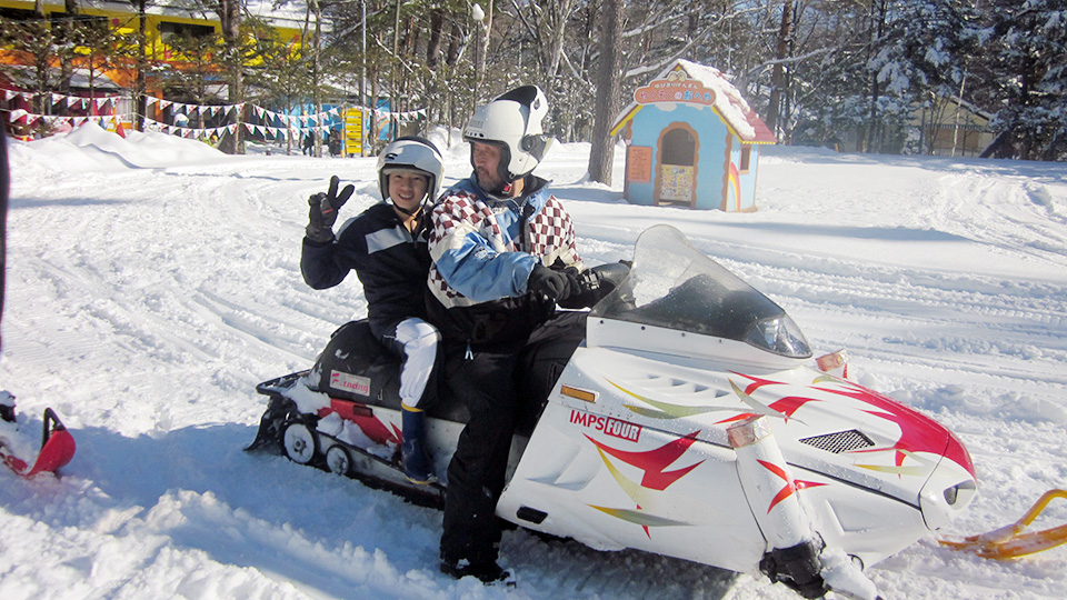 冬の軽井沢おもちゃ王国で雪遊びをしよう!スノーモービル同乗体験!