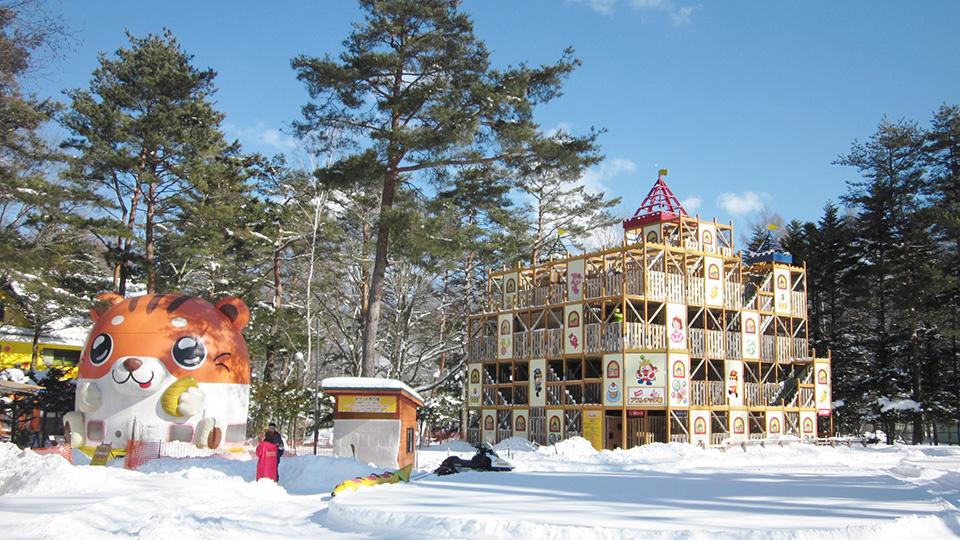 冬の軽井沢おもちゃ王国で雪遊びをしよう!人気の大迷宮アスレチック城も雪に囲まれます。