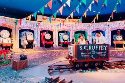【トーマスのパーティーパレード】いたずら貨車に乗って冒険へ。中では記念撮影もでき、撮影した写真は「ショップ&カフェ ティドマス」のお店で500円で買えます。1日の思い出にどうぞ♪
