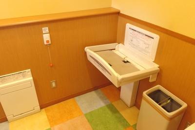 オムツ交換台は多目的トイレと授乳室にあります。