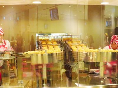 圧巻の製造ライン!!カップヌードルの麺だけが次々に迫ってきます!!