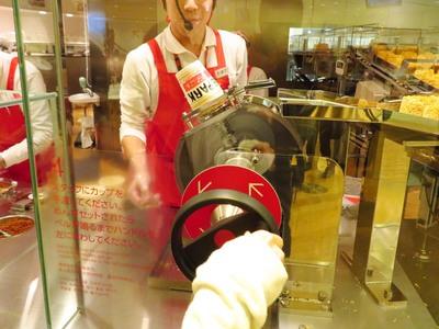さあ安藤百福さんの『逆転の発想』にチャレンジ!麺を入れるのではなく、カップを入れるその理由とは?百福シアターや安藤百福ヒストリーにその答えが記しています♪