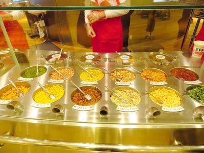 こちらもお待ちかね♪4種類の中からお好みのスープを選んだら、12種類の具材の中から4つのトッピングを選ぼう♪