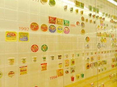 1992年になると全国にコンビニの出店が急増したため、商品の種類が増えているのが、展示ケースの占める割合で良く解りますね。