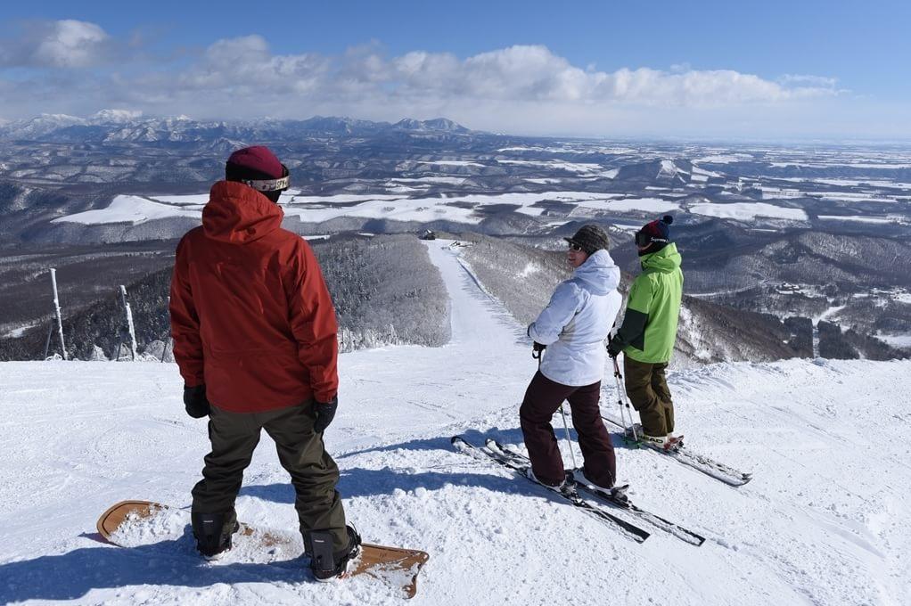 【スキー】雄大な十勝平野を一望しながら、上質のパウダースノーを体験