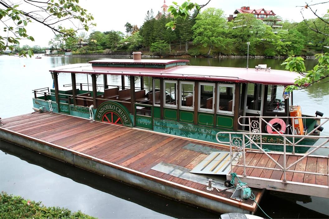 湖や山などに囲まれた絶景遊覧船