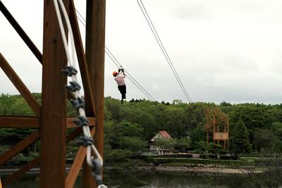 ママやパパはぜひ!日本唯一の湖上滑空「ジップライン」
