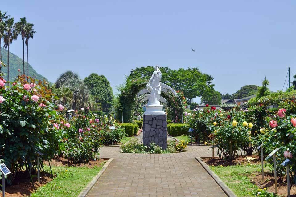 春と秋の華麗な「バラ園」、果樹や香辛料の樹木も生い茂る「観賞温室」