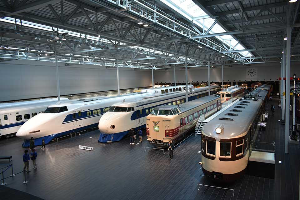 ずらりと並ぶ新旧展示車両 蒸気機関車から超電導リニアまで