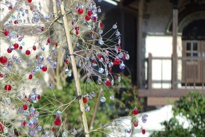 クリスマスにはガラスのツリー、梅雨にはクリスタルのアジサイ