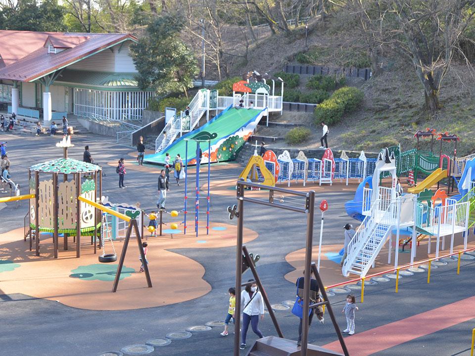 園内には子どもたちが自由に遊べる広場がいっぱい!